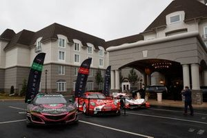 Gruppenfoto: Meisterautos der IMSA-Saison 2019: #86 Meyer Shank Racing w/ Curb-Agajanian Acura NSX GT3, #912 Porsche GT Team Porsche 911 RSR, #6 Acura Team Penske Acura DPi