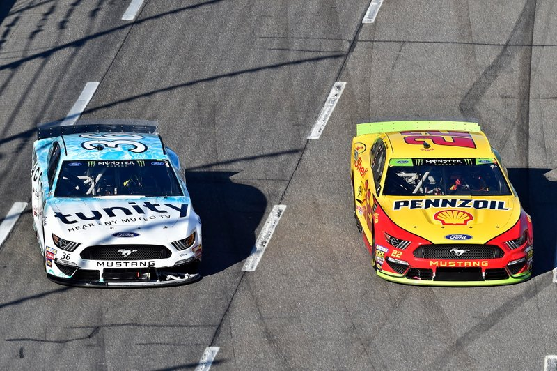 Joey Logano, Team Penske, Ford Mustang Shell Pennzoil, David Ragan, Front Row Motorsports, Ford Mustang MDS Transport