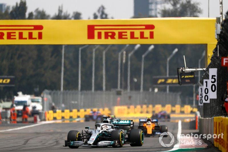 Льюис Хэмилтон, Mercedes AMG F1 W10, и Ландо Норрис, McLaren MCL34