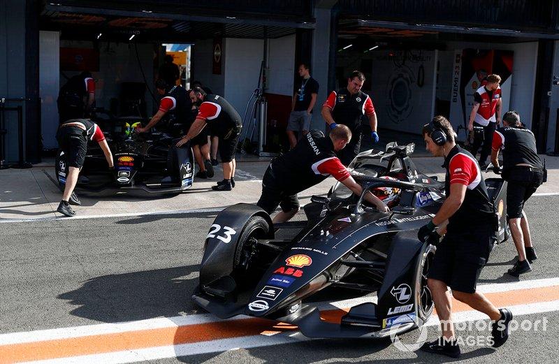 Mechanics push Sébastien Buemi, Nissan e.Dams, Nissan IMO2, Oliver Rowland, Nissan e.Dams, Nissan IMO2 back into the garage