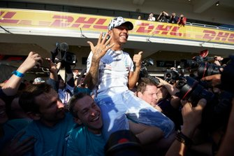 Lewis Hamilton, Mercedes AMG F1, festeggia dopo aver conquistato il Mondiale
