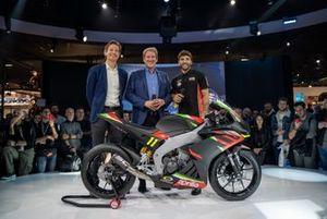 Giovanni Copioli, Massimo Rivola e Andrea Iannone con una Aprilia RS 250 SSP