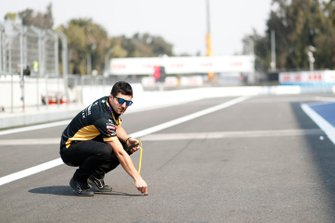 Un membro del team DS Techeetah rileva la temperatura in pista