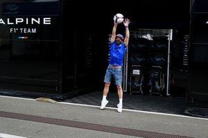 Fernando Alonso, Alpine F1 plays football