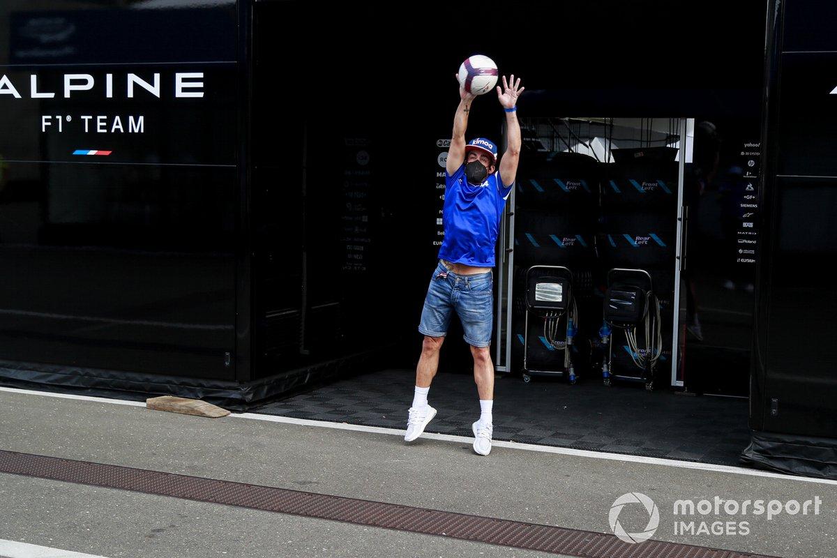 Fernando Alonso, Alpine F1 juega al fútbol