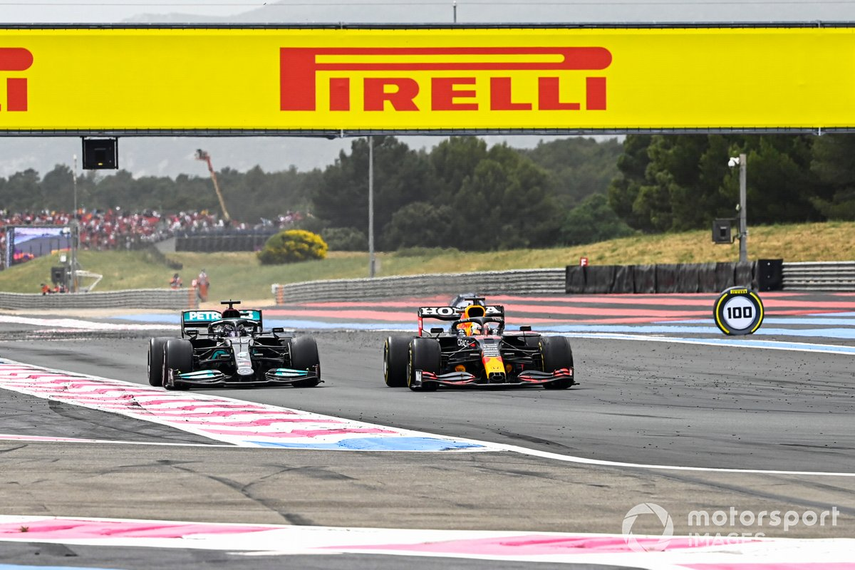 Max Verstappen, Red Bull Racing RB16B adelanta a Lewis Hamilton, Mercedes W12