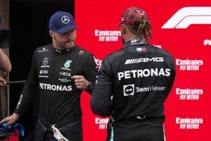 Valtteri Bottas, Mercedes et Lewis Hamilton, Mercedes, se félicitent dans le parc fermé aprè les qualifications