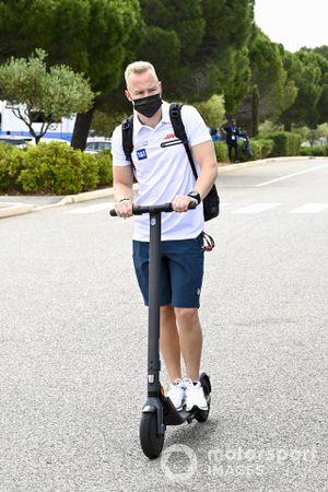 Никита Мазепин, Haas F1, на самокате