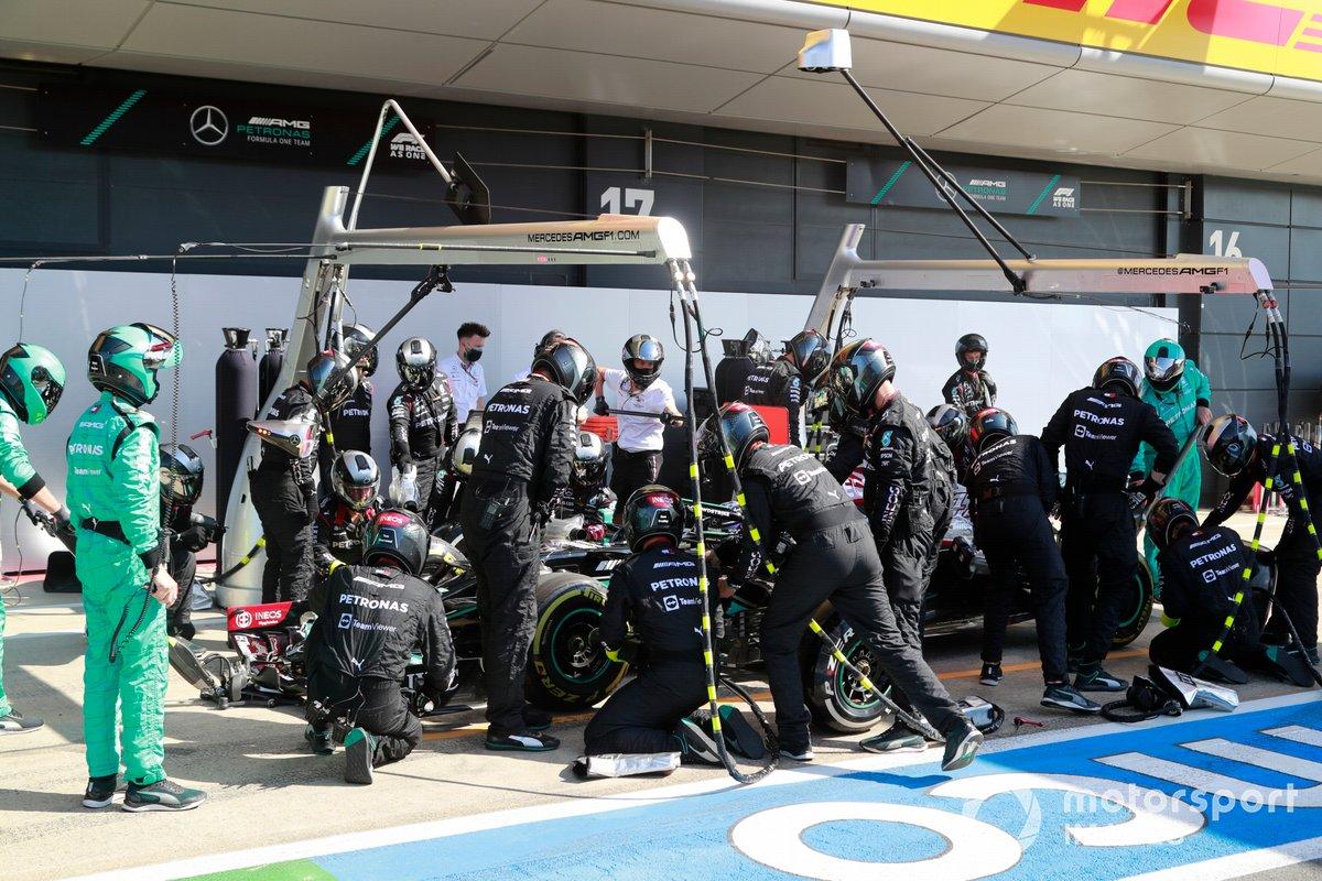 Lewis Hamilton, Mercedes W12, pit stop