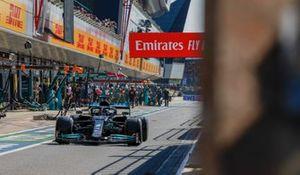 Lewis Hamilton, Mercedes W12, in de pits