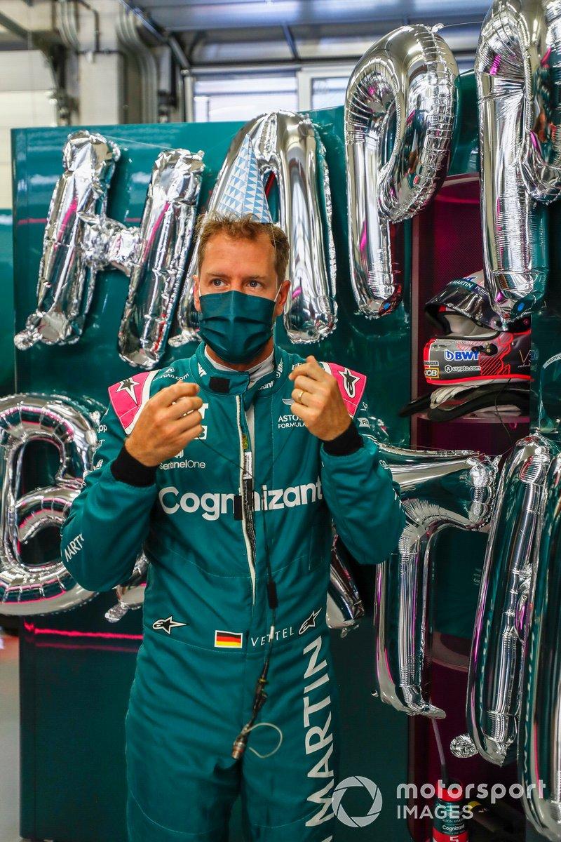 Sebastian Vettel, Aston Martin, en el garaje celebra su cumpleaños
