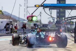 Lance Stroll, Aston Martin AMR21, fait fumer ses pneus en quittant son emplacement dans les stands