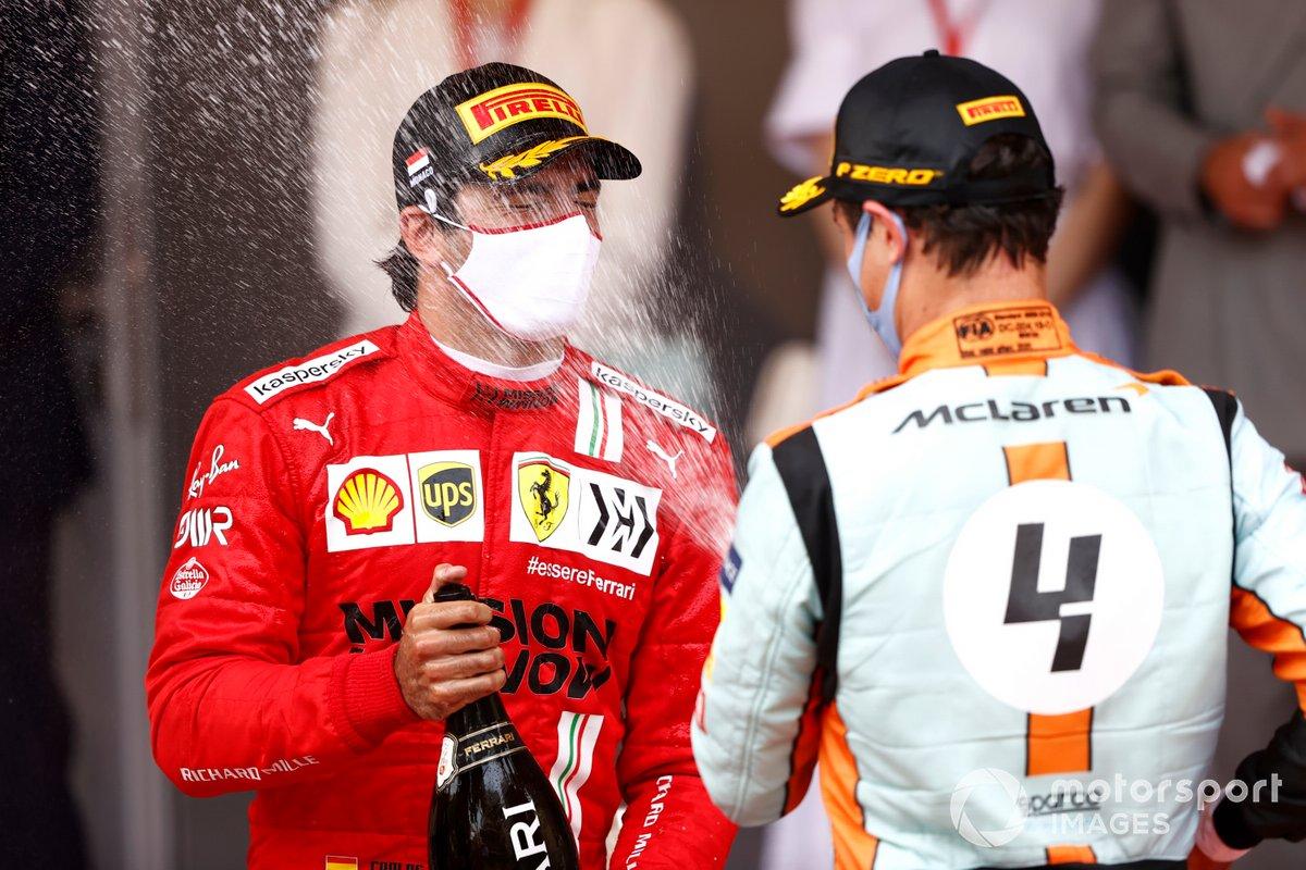 Podio: segundo lugar Carlos Sainz Jr., Ferrari, tercer lugar Lando Norris, McLaren