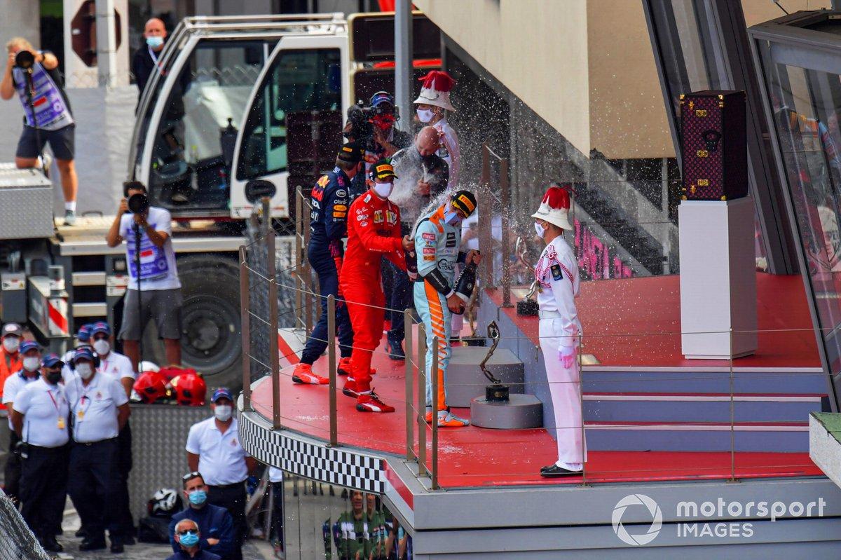 Podio: ganador Max Verstappen, Red Bull Racing, Adrian Newey, Jefe Técnico de Red Bull Racing, tercer lugar Lando Norris, McLaren, 3ª posición, y segundo lugar Carlos Sainz Jr, Ferrari
