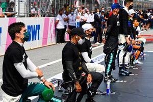 Lance Stroll, Aston Martin, Lewis Hamilton, Mercedes, Pierre Gasly, AlphaTauri en anderen voor de start van de race