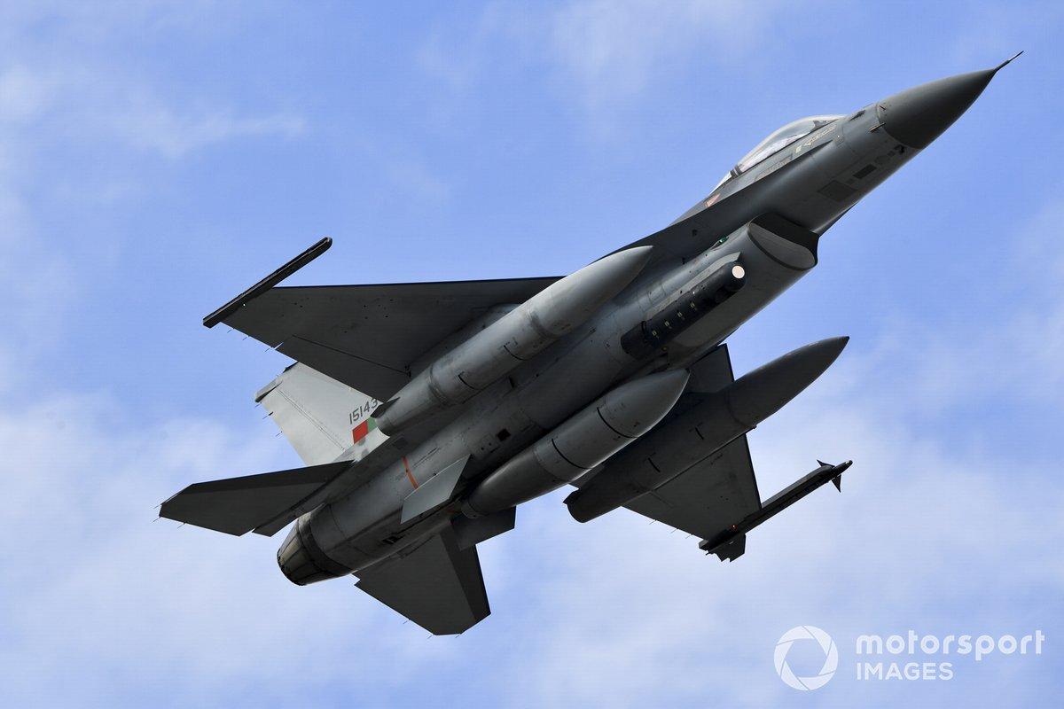 Un F-16AM Fighting Falcon de General Dynamics del 201º Escuadrón de Cazadores, de la Fuerza Aérea Portuguesa, vuela sobre el circuito