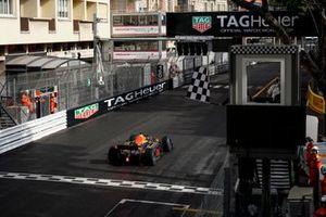 Liam Lawson, Hitech Grand Prix, bajo la bandera a cuadros