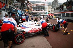 Mick Schumacher, Haas VF-21, torna in garage