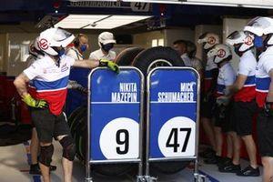 Il team Haas F1 in garage durante le prove pit stop