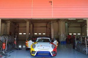 Auto di Alberto Cerqui nel garage del Team Q8 Hi Perform