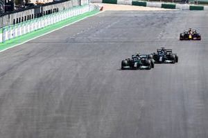 Lewis Hamilton, Mercedes W12, met Valtteri Bottas, Mercedes W12