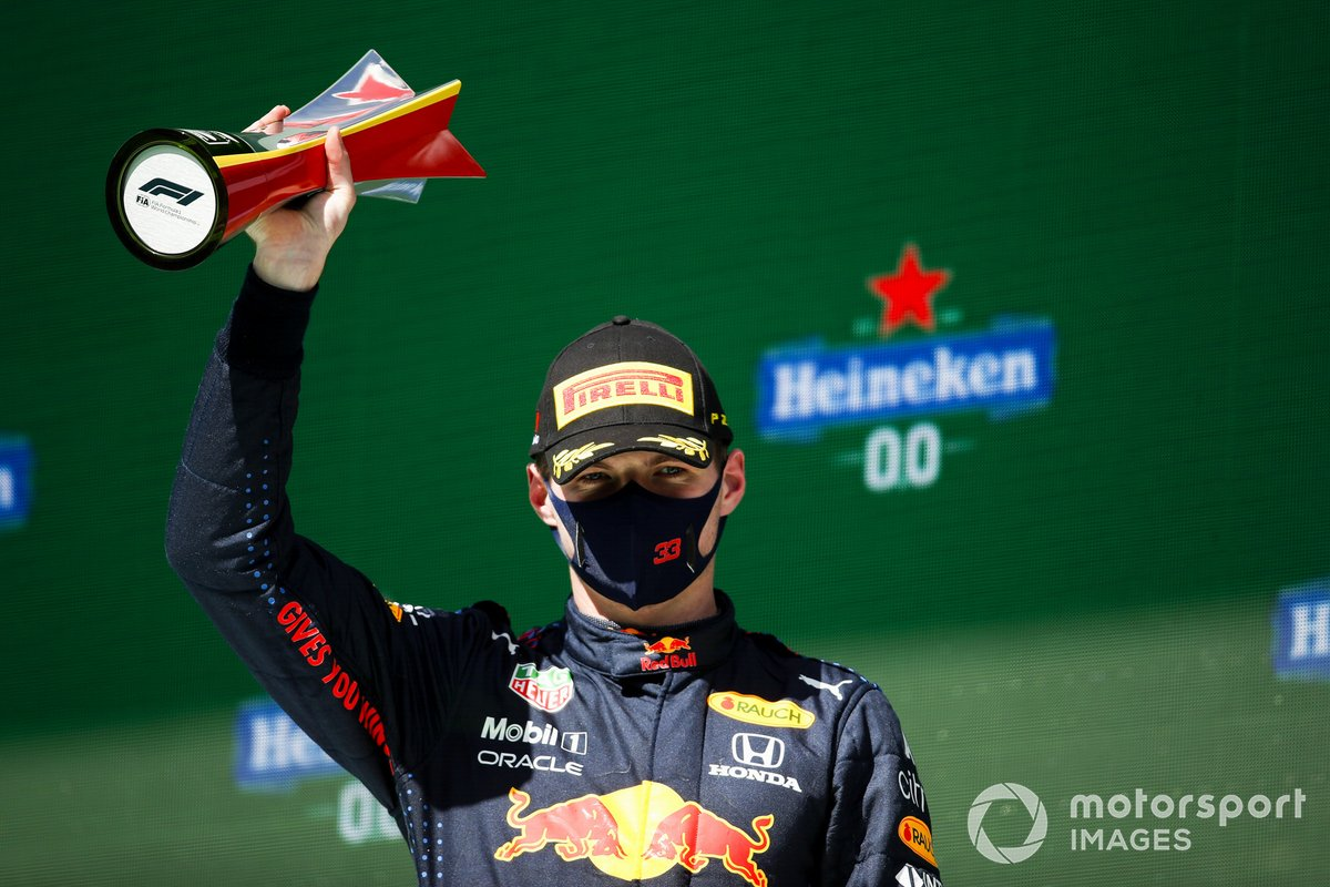 Max Verstappen, Red Bull Racing, secondo classificato, con il trofeo