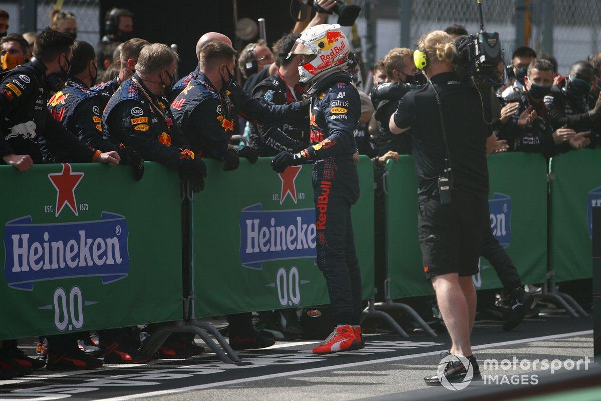 Max Verstappen, Red Bull Racing, secondo classificato, festeggia con il suo team al Parc Ferme