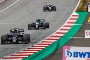Yuki Tsunoda, AlphaTauri AT02, Lance Stroll, Aston Martin AMR21,en Sebastian Vettel, Aston Martin AMR21