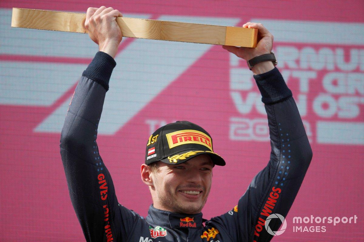 Max Verstappen, Red Bull Racing, 1° classificato, alza il trofeo sul podio