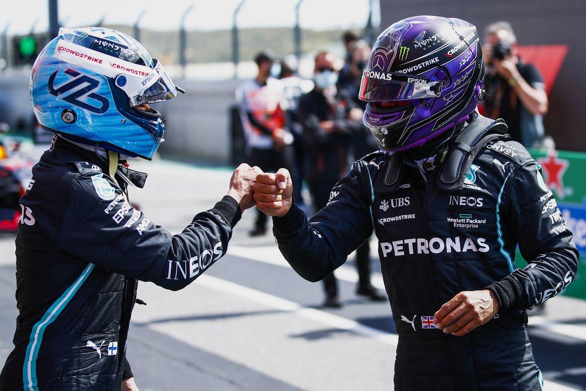 Ganador de la pole Valtteri Bottas, Mercedes, es felicitado por su compañero de equipo Lewis Hamilton, de Mercedes, en Parc Ferme