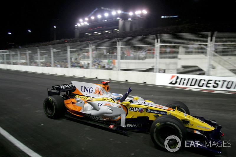 Fernando Alonso, Renault F1 Team R28 célèbre la victoire