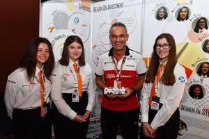 Beat Zehnder, Alfa Romeo Sauber F1 Team Manager and students