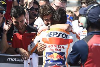 Гонщик Repsol Honda Team Марк Маркес и Санти Эрнандес