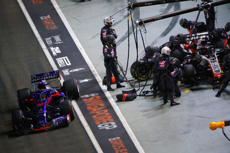 Kevin Magnussen, Haas F1 Team VF-18, and Brendon Hartley, Toro Rosso STR13, make a pit stop