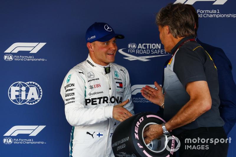 Valtteri Bottas, Mercedes AMG F1, recibe su premio Pirelli Pole Position