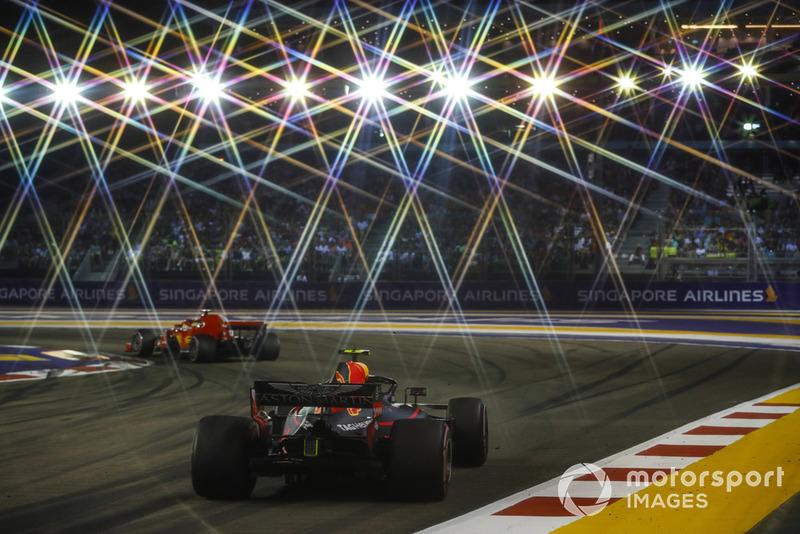 A corrida em Singapura conta com aproximadamente 1.600 refletores para iluminar o circuito de Marina Bay...