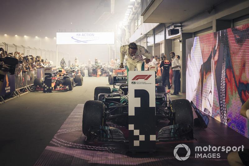 Zwycięzca Lewis Hamilton, Mercedes-AMG F1 W09, radość w parku zamkniętym