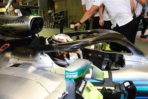 Lewis Hamilton, Mercedes-AMG F1 W09 EQ Power+, festeggia nel parco chiuso