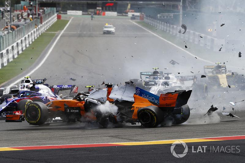 Fernando Alonso, McLaren MCL33, vuela sobre Charles Leclerc, Sauber C37, despues del contacto de Nico Hulkenberg, Renault Sport F1 Team R.S. 18, en la salida