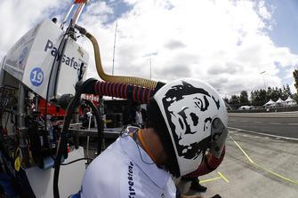 Miembro del equipo de Pietro Fittipaldi, Dale Coyne Racing Honda con un casco de Oriol Servia