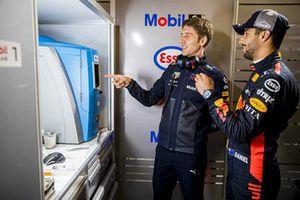 Daniel Ricciardo, Red Bull Racing with a Red Bull Racing ExxonMobil engineer