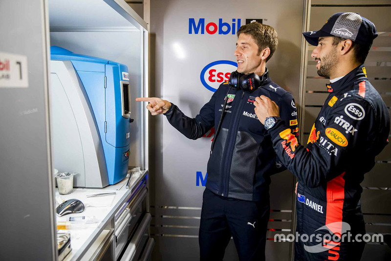 Daniel Ricciardo, Red Bull Racing con un ingeniero de Red Bull Racing ExxonMobil
