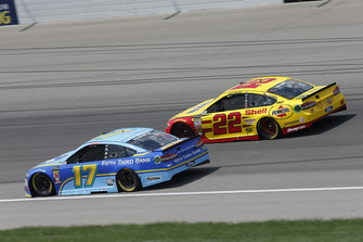 Ricky Stenhouse Jr., Roush Fenway Racing, Ford Fusion Fifth Third Bank, Joey Logano, Team Penske, Ford Fusion Shell Pennzoil