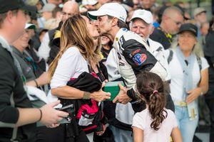 Christian Fittipaldi beija a mulher, Cristina, ao lado da filha Manuela