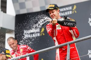 Sebastian Vettel, Ferrari, festeggia sul podio con lo champagne