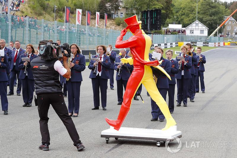 Оркестр і скульптура у кольорах Бельгії