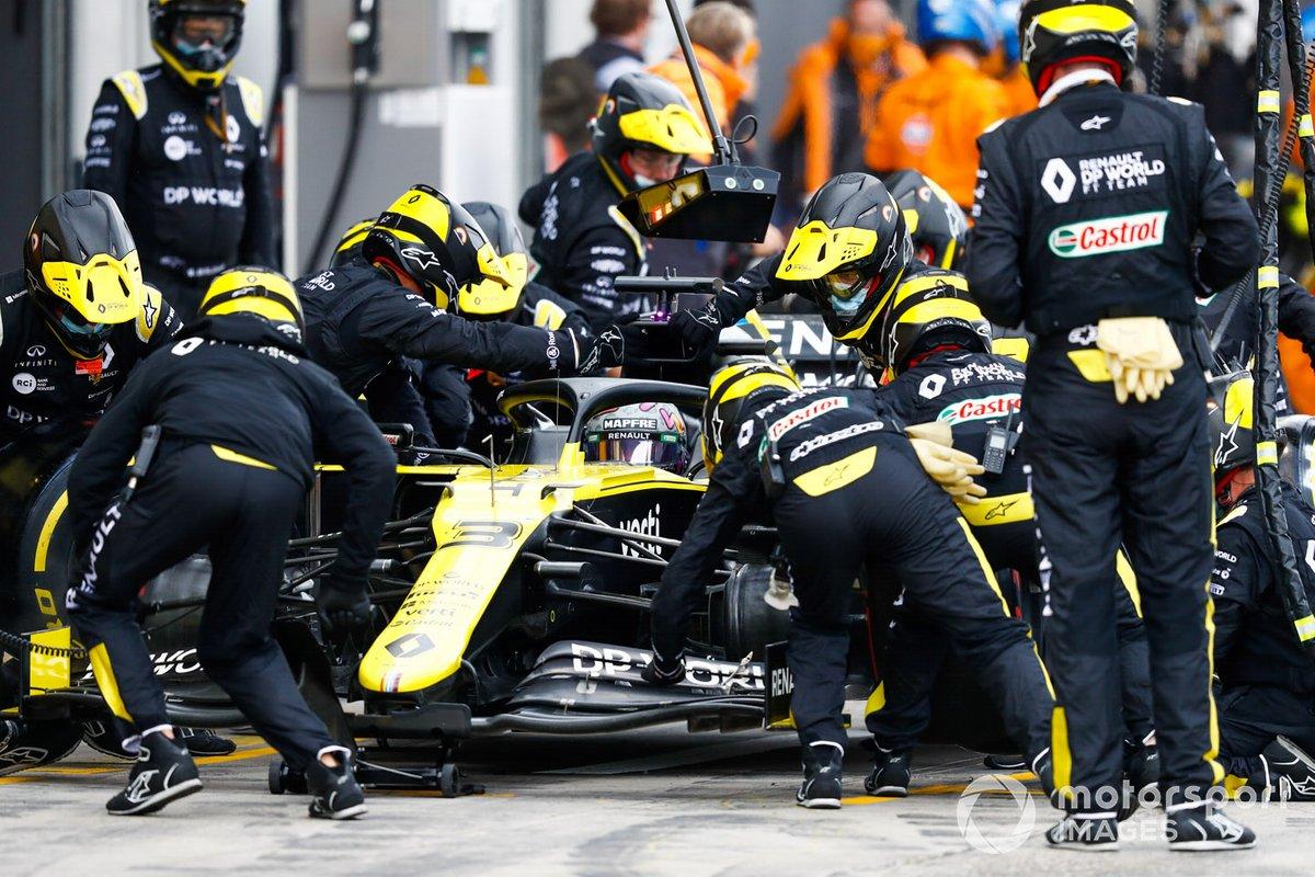 Daniel Ricciardo, Renault F1 Team R.S.20, fa un pit stop