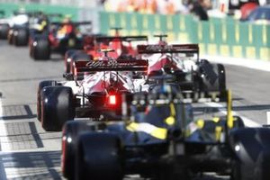 Antonio Giovinazzi, Alfa Romeo Racing C39, Daniel Ricciardo, Renault F1 Team R.S.20, in the pit lane