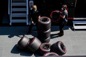 Tecnici lavorano con alcuni pneumatici