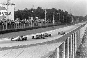 John Surtees, Honda RA300, devant Jochen Rindt, Cooper T86 Maserati, Chris Amon, Ferrari 312, et Bruce McLaren, McLaren M5A BRM